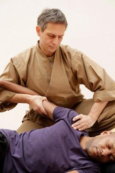 Mobilisation de l'articulation acromio-claviculaire avec action sur le méridien de l'Estomac