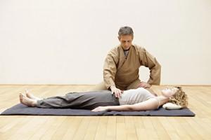 Satori Shiatsu Paris : Étude énergétique du hara (ventre) en superficie
